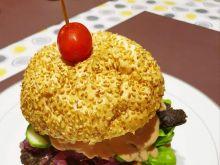 Burger wołowy z karmelizowaną cebulą