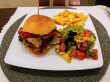 Burger wołowy z serem, boczkiem i warzywami