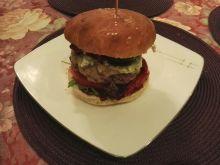 Burger wołowy z warzywami i sosem z awokado