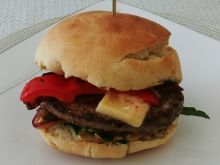 Burger z czerwonymi warzywami i boczkiem