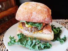 Burger z mięsem wołowym, jarmużem i jalapeno