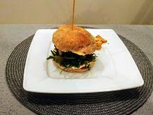 Burger z serkiem pleśniowym i żurawiną
