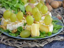 Camembert z rukolą i orzechami