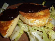 Camembert z sosem z czarnej porzeczki