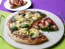 Cebulowa pizza z cukinią i pieczarkami