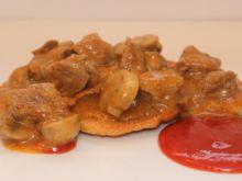 Cebulowe placki ziemniaczane z mięsnym sosem