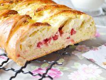 Chałka z białym serem i czerwoną porzeczką