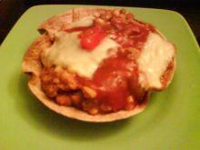 Chili con carne w miseczkach z tortilli