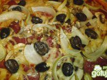 Chili pizza z cebulką, salami i oliwkami