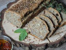 Chleb pszenno-żytni z pomidorami i nasionami