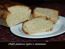 Chleb pszenno żytni z ziarnami sezamu