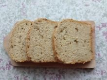 Chleb pszenny z serkiem i oliwkami