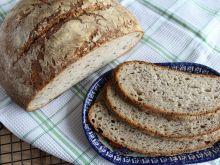 Chleb pszenny z ziarnami na zakwasie