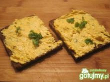 Chleb z musli i pastą jajeczną