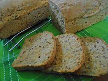 Chleb z pieczoną papryką i ziarnami