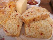 Chleb z suszonymi pomidorami i serem żółtym
