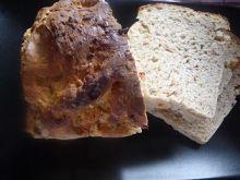Chleb z szynką, pomidorami, oliwkami i kaparami