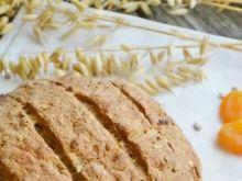 Chleb z ziarnami i suszonymi morelami