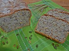 Chleb ze świeżym ogórkiem, serem i pestkami