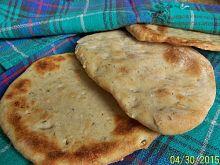 Chlebek naan z czosnkiem i kolendrą
