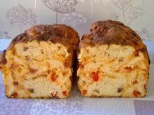 Chleb z papryką, boczkiem i żółtym serem