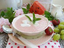 Chłodnik truskawkowy z piankami bezowymi