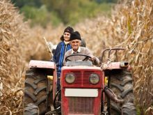 Chłop z babą jadą traktorem