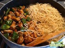 Chow mein z kurczakiem i papryką