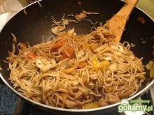 Chow Mein z warzywami i krewetkami