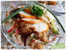 Chrupiąca sałatka gryczana z surimi