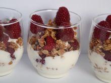 Chrupiący deser jogurtowy z malinami