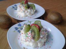 Ciasteczka bezowe ze śmietaną i owocami