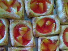 Ciastka francuskie z galaretką i owocami