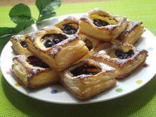 Ciastka francuskie z serem i jagodami