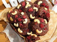 Ciastka kakaowe z malinami i orzechami nerkowca