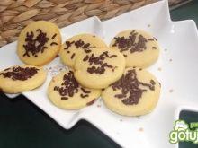 Ciastka maślane z posypka kakaową.