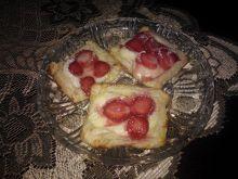 Ciastka z ciasta francuskiego z truskawkami