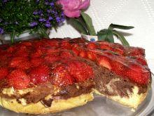 Ciasto budyniowe z kakao i truskawkami w galaretce