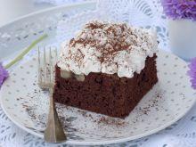 Ciasto czekoladowe z bananami i bitą śmietaną