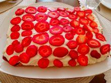 Ciasto fale Dunaju z truskawkami i rabarbarem