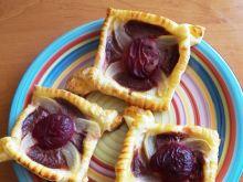 Ciasto francuskie z gruszką i śliwką