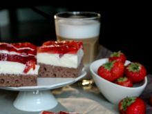 Ciasto kakaowe z masą budyniową i truskawkami