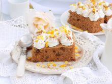 Ciasto marchewkowe z bitą śmietanką i cynamonem