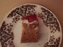 Ciasto miodowe z morelami i truskawkami