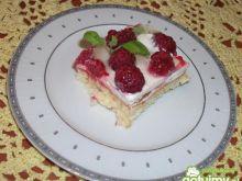 Ciasto śmietankowe z malinami i melisą