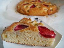 Ciasto śmietankowe z truskawkami i rabarbarem