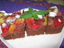 Ciasto z kakao truskawkami i rabarbarem