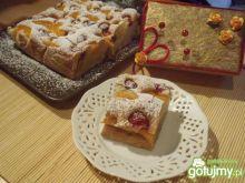 Ciasto z malinami i brzoskwiniami
