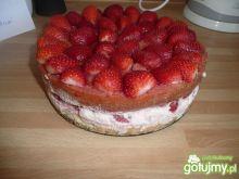 Ciasto z truskawkowym mleczną pianką