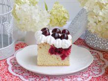 Ciasto z wiśniami i bitą śmietaną